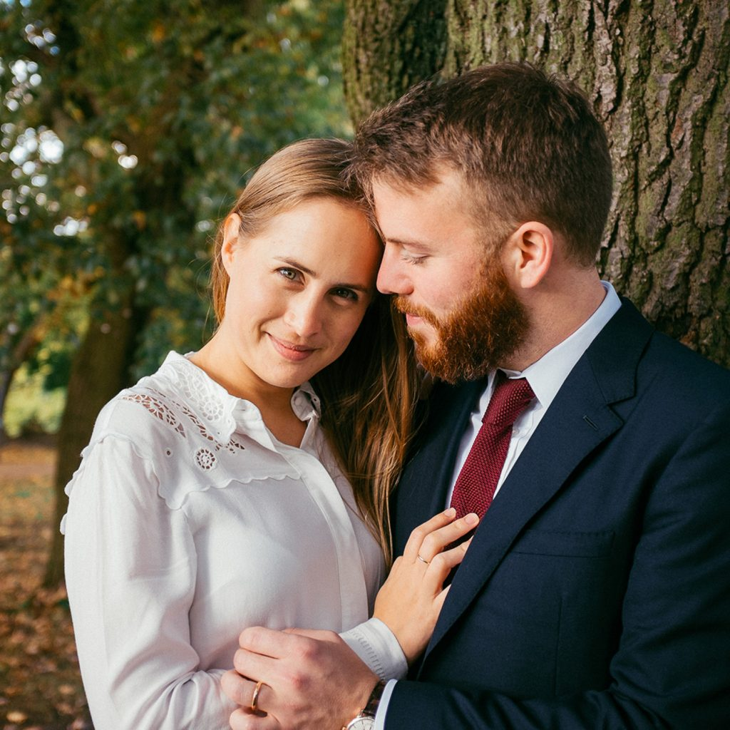 Couple portrait in front of tree in Alandra Palace Gardens