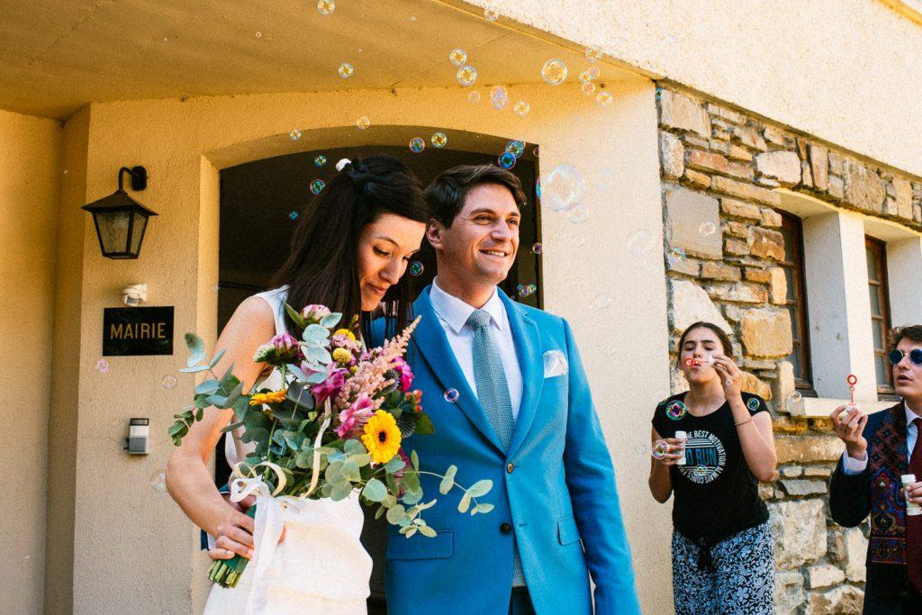 Sortie de mairie mariage civil avec des bulles