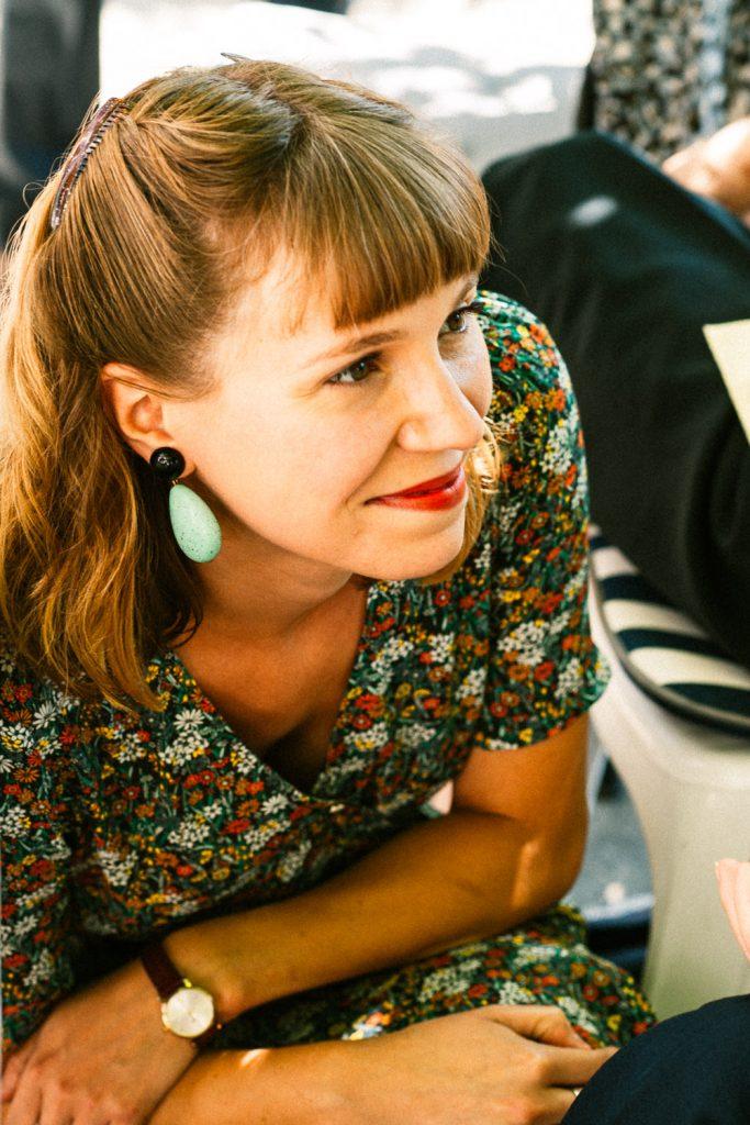 Portrait jeune femme durant reception de mariage