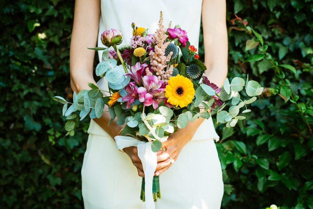 Marrié tenant bouquet de fleur, eucalyptus et tournesol