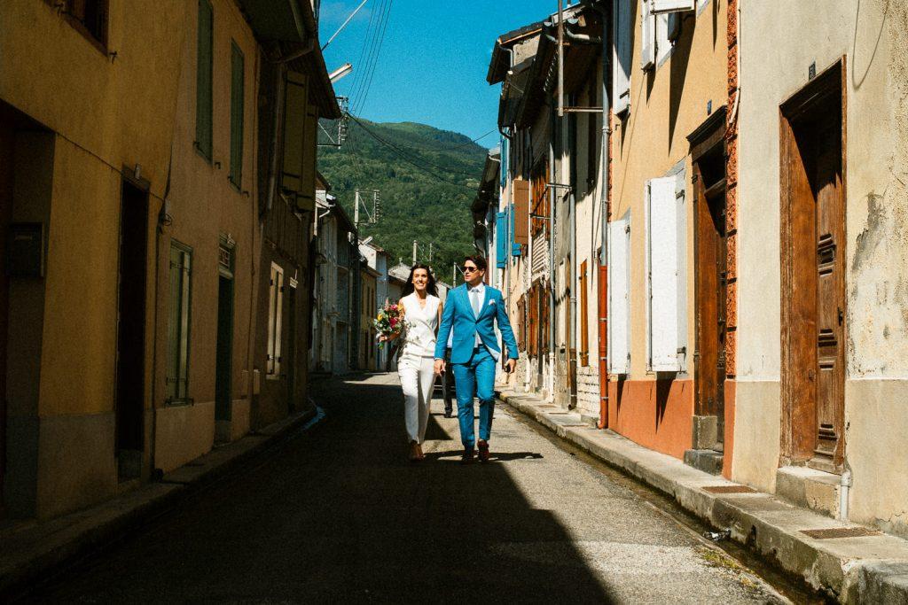 Elise et Julien dans les rue de Saurat
